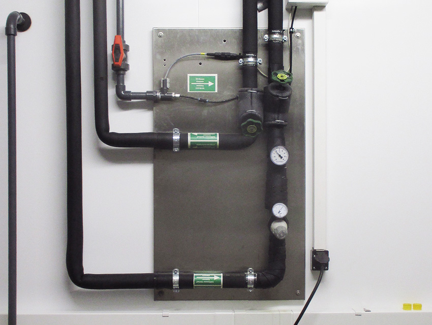 Direct water cooling without refrigerating machine for highest energy efficiency. In this case, an additional air-conditioning system of the customer for removal of the waste heat is not required.
